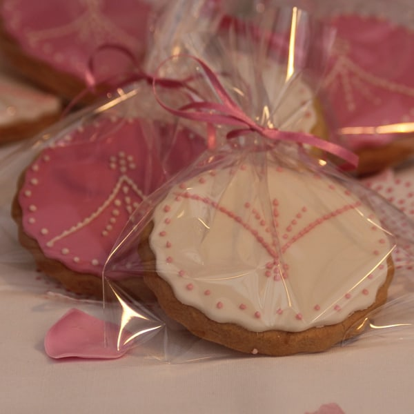 pink and ivory delicate piped wedding favour biscuits