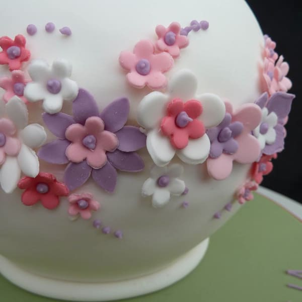 flower detail on teapot cake