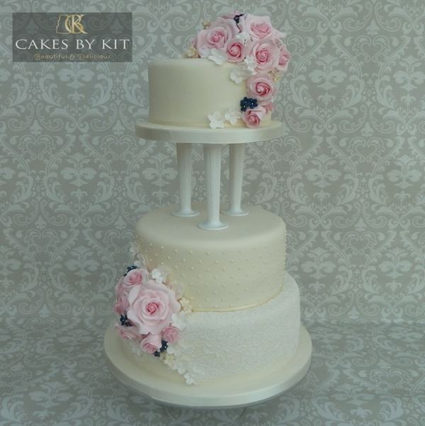 Birdcage on daisy wedding cake